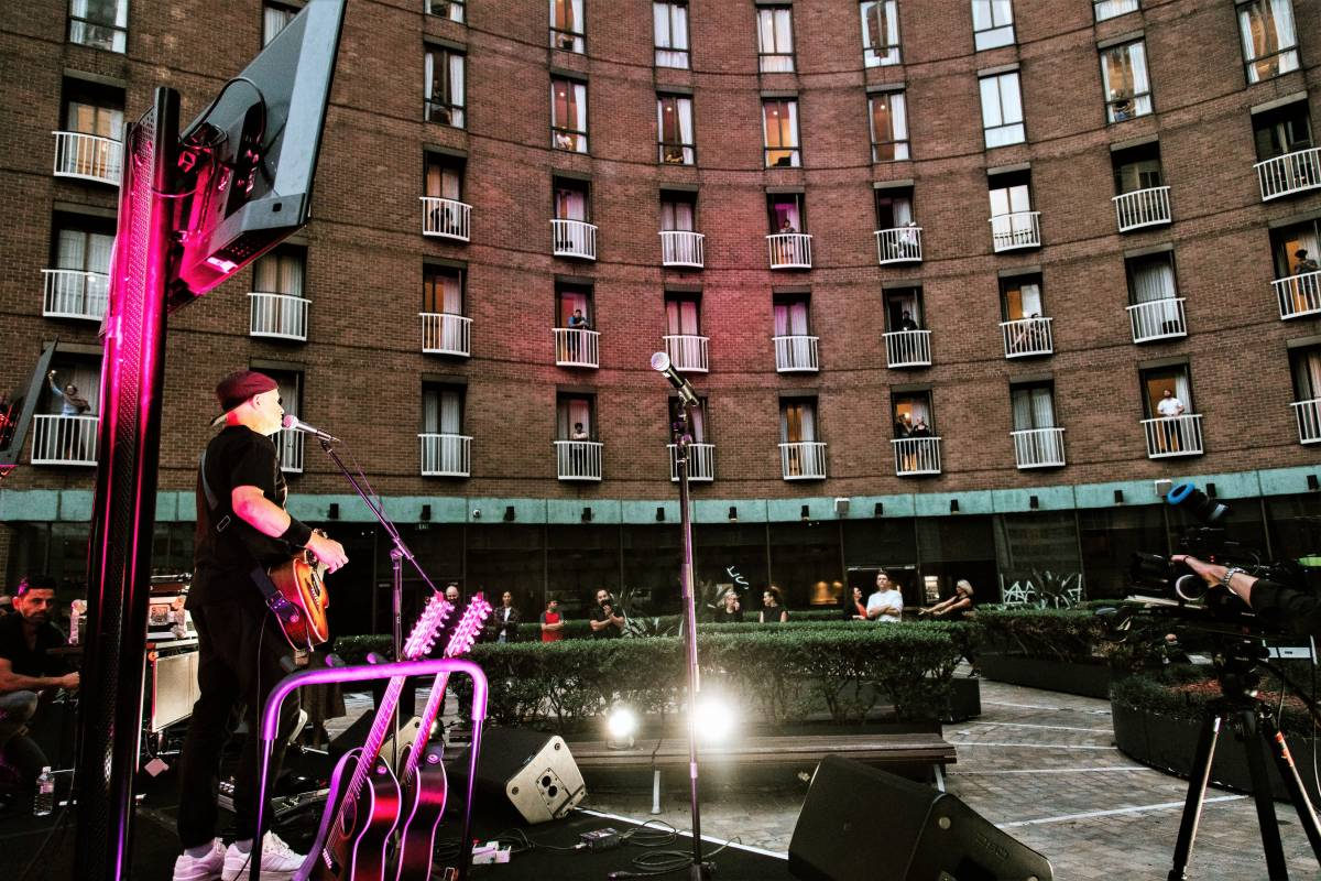 LIVE MUSIC PERFORMANCE STRIKES A CHORD WITH QUARANTINE GUESTS AT SYDNEY HOTEL