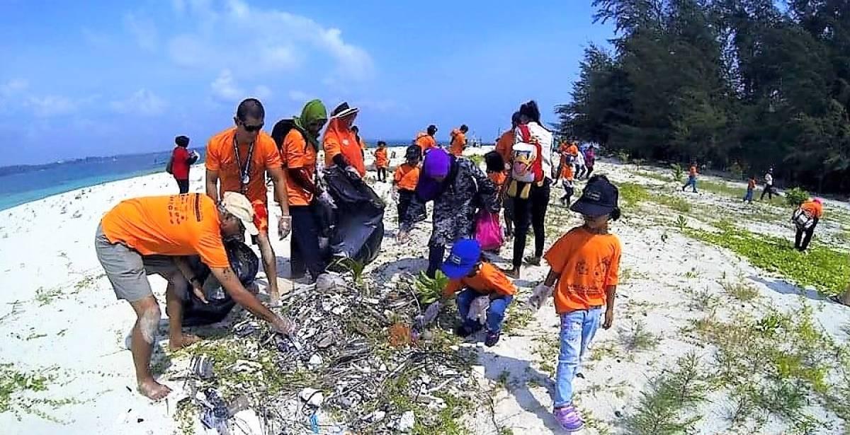 Douglas Yeo Organizes East Coast Beach Clean Up