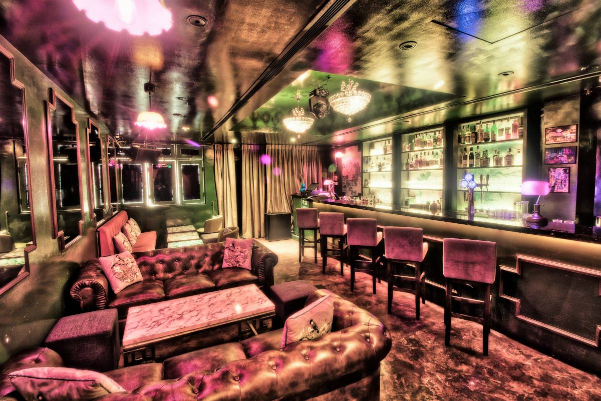 RELIVE THE GLAMOUR OF 1980s HONG KONG AT MONA LOUNGE